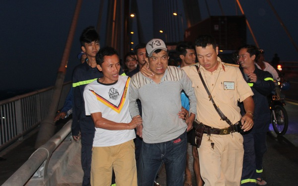 Nghẹt thở giải cứu thanh niên 'làm xiếc' trên cầu Rạch Miễu