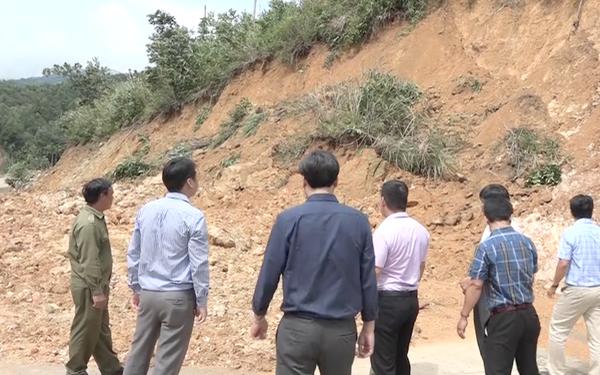 Video: Sạt lở núi, hàng trăm tấn đất đá chắn ngang đường