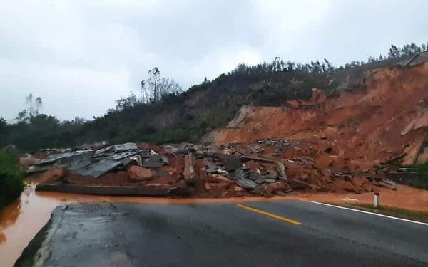 Sạt lở đất ở Huế chắn ngang đường vào khu du lịch Laguna