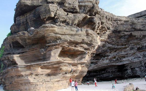 Trong thế giới nham thạch ngủ vùi ở Hang Câu - Lý Sơn