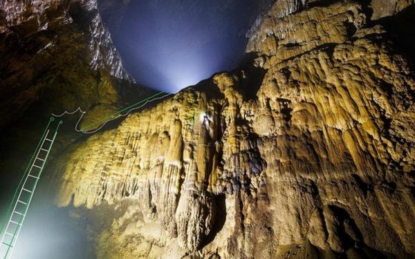 Kiểm tra thực tế việc bắc thang trong hang Sơn Đoòng