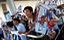 Vincent Kompany thân thiện với người hâm mộ VN