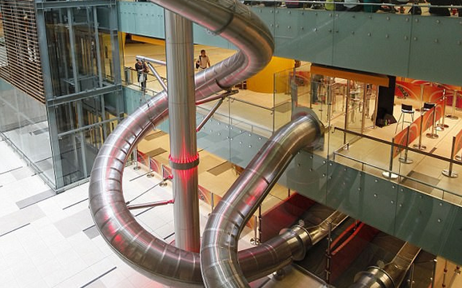 Ở sân bay Changi, thích cảm giác mạnh thì chui ống trượt ra... máy bay