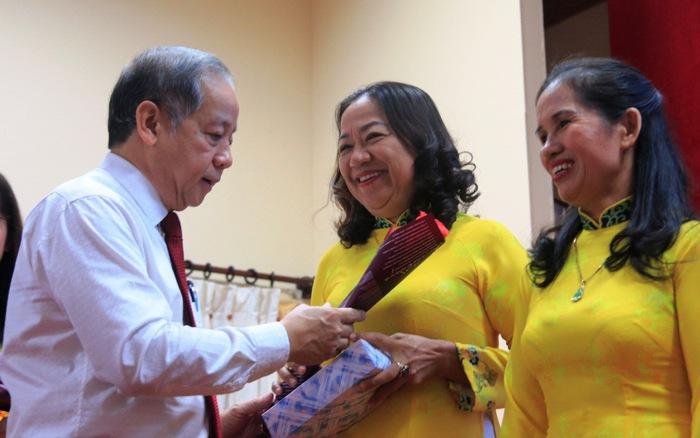 Chủ tịch tỉnh đọc thơ 'Người đàn bà thứ 2' tặng chị em lao công - xs thứ hai