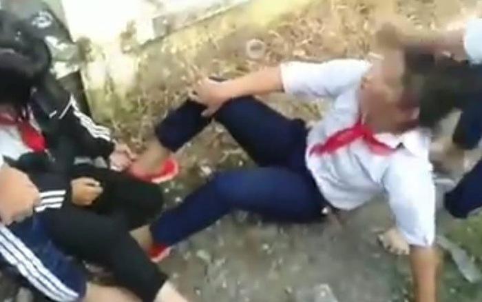4 bé gái lớp 6 im lặng chịu trận khi hai nữ sinh lớp 8 đánh, giật tóc, chửi rủa