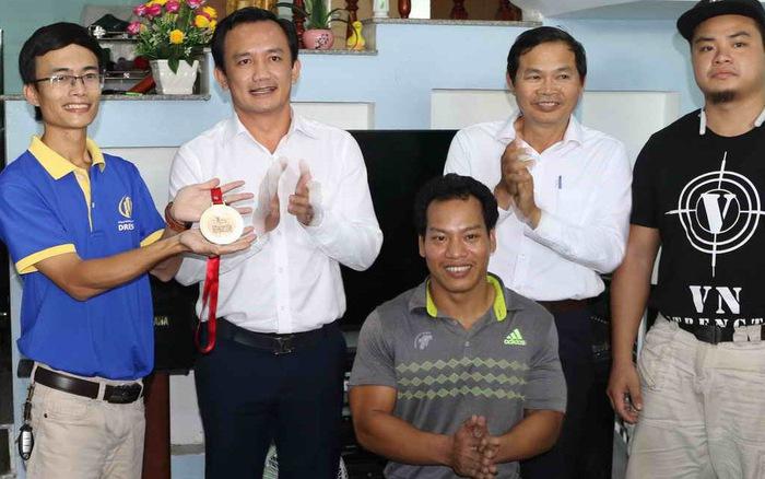 Lực sĩ Lê Văn Công tặng 125 triệu cho nữ sinh bị ung thư từ tiền đấu giá huy chương