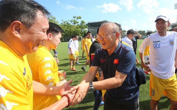 HLV Park Hang Seo đá bóng với các nhà báo thể thao Hà Nội