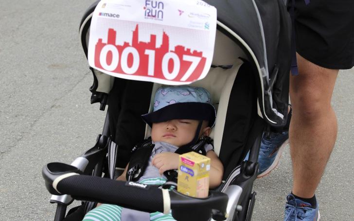 Em bé nằm xe nôi được bố mẹ cho dự giải chạy từ thiện